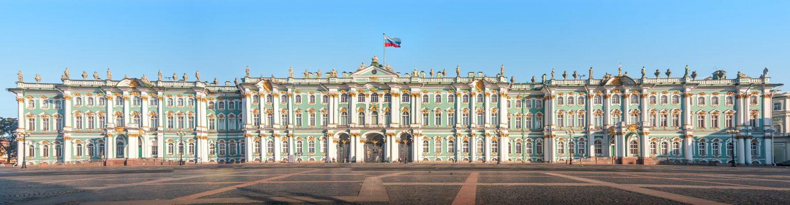 sur la place du palais